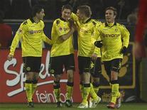 <p>Jogadores do Borussia Dortmund comemoram gol contra o Cologne em jogo do Campeonato Alemão, em Dortmund. 04/03/2011 REUTERS/Ina Fassbender</p>