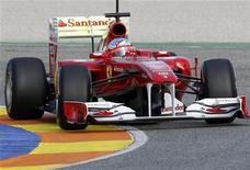 """<p>Фернандо Алонсо обкатывает новый болид Ferrari F150 на треке близ Барселоны, 1 февраля 2011 года. Автопроизводитель Ford Motor Co прекратил судопроизводство против итальянской компании Ferrari, подразделения Fiat SpA, по обвинению в нарушении торговой марки популярных пикапов F-150, название, которое итальянцы использовали для своего нового болида """"Формулы-1"""". REUTERS/Heino Kalis</p>"""