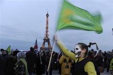 <p>Manifestation anti-nucléaire organisée par des associations et des partis écologistes à Paris. Les personnalités politiques françaises opposées au nucléaire redoublent de critiques après l'accident dans une centrale japonaise, tandis que le gouvernement exclut de remettre en cause ses choix énergétiques. /Photo prise le 13 mars 2011/REUTERS/Gonzalo Fuentes</p>