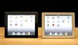 """<p>Новые iPad 2 компании Apple на презентации в Сан-Франциско 2 марта 2011 года. Apple Inc могла продать за первый уикенд около миллиона новых """"планшетников"""" iPad 2, считают аналитики. REUTERS/Beck Diefenbach</p>"""