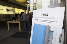 <p>Imagen de archivo de un anuncio fuera de una tienda de Apple sobre el nuevo iPad 2 en Colorado, EEUU. mar 11 2011. Analistas estiman que Apple Inc vendió cerca de 1 millón de computadoras iPad 2 durante su primer fin de semana en el mercado, superando las ventas del debut del primer iPad en abril pasado. REUTERS/Rick Wilking/Archivo</p>