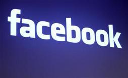 <p>Imagen de archivo del logo de Facebook en la sede de la compañía en California, EEUU. mayo 26 2010. Facebook ha contratado a un miembro del equipo de desarrollo corporativo de Google para que dirija sus incipientes esfuerzos de fusiones y adquisiciones, en momentos en que el número uno de las redes sociales en internet muestra un creciente apetito por comprar. REUTERS/Robert Galbraith/Archivo</p>