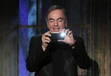 <p>Neil Diamond tira uma foto do público na cerimônia do Hall da Fama do Rock and Roll no hotel Waldorf Astoria, em Nova York. Diamond ingressou no Hall da Fama do Rock and Roll na segunda-feira junto com a banda de heavy metal Alice Cooper. 14/03/2011 REUTERS/Lucas Jackson</p>
