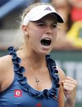 <p>Caroline Wozniacki comemora último ponto contra a francesa Marion Bartoli, na final da WTA em Indian Wells, na Califórnia. 20/03/2011 REUTERS/Danny Moloshok</p>