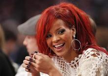 <p>Cantora Rihanna assiste a jogo de basquete da NBA em Los Angeles, em fevereiro de 2011. Ela, a banda U2 e o cantor Justin Bieber devem contribuir para álbum que ajudará a levantar recursos para as vítimas do desastre no Japão. 20/02/2011 REUTERS/Danny Moloshok</p>