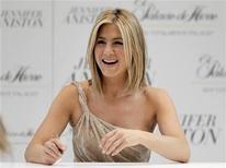 <p>Atriz Jennifer Aniston durante sessão de autógrafos na Cidade do México, 10 de março de 2011. Aniston, Demi Moore e Alicia Keys vão dirigir, cada uma, um curta a respeito do câncer de mama para uma rede de TV a cabo. 10/03/2011 REUTERS/Henry Romero</p>