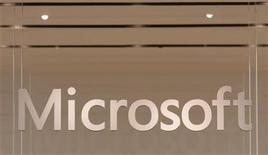 <p>Foto de archivo del logo de la firma Microsoft en su primera tienda minorista de Scottsdale, EEUU, oct 22 2009. Microsoft intensificó el jueves su rivalidad con Google al presentar una demanda formal ante la Comisión Europea, alegando que obstaculiza de forma sistemática la competencia en las búsquedas en internet. REUTERS/Joshua Lott</p>