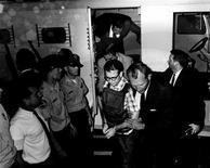 <p>Foto de archivo de James Earl Ray (al centro en la imagen), asesino del líder de derechos civiles estadounidense Martin Luther King Jr., durante un transporte a Memphis, EEUU, 1969. Un funcionario de Memphis abrió un museo online con el historial, correspondencia personal e imágenes en blanco y negro que recogen el tiempo en prisión de James Earl Ray, quien mató al líder de derechos civiles estadounidense Martin Luther King Jr. hace 43 años. REUTERS/Shelby County Register of Deeds/Handout Imagen para uso no comercial, ni ventas, ni archivos. Solo para uso editorial. No para su venta en marketing o campañas publicitarias. Esta imagen fue entregada por un tercero y es distribuida, exactamente como fue recibida por Reuters, como un servicio para clientes.</p>