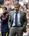 <p>Técnico do Real Madrid, José Mourinho, durante partida contra o Sporting Gijon em Madri. Mourinho perdeu a invencibilidade que já durava nove anos após a derrota no jogo. 02/04/2011 REUTERS/Andrea Comas</p>
