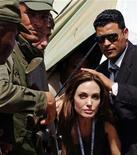 <p>La actriz Angelina Jolie, embajadora de buena voluntad de la agencia de Naciones Unidas para los Refugiados ACNUR, durante una visita al campamento Shousha en Ras Djir, Túnez, abr 5 2011. La actriz y embajadora de buena voluntad Angelina Jolie pidió el martes apoyo internacional para la gente que huye del conflicto en Libia y más ayuda para aquellos que siguen en el país. REUTERS/Anis Mili</p>