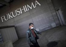 """<p>Мужчина идет к эвакуационному центру в префектуре Фукусима, 5 апреля 2011 года. Японии удалось остановить утечку радиоактивной воды с аварийной АЭС """"Фукусима-1"""", и власти страны готовы предоставить соседним странам более подробную информацию о содержании вредных веществ в океане. REUTERS/Carlos Barria</p>"""