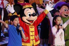 <p>Dançarinos se apresentam durante a cerimônia de inauguração da Disneylândia de Xangai, em Pudong. 08/04/2011 REUTERS/Aly Song</p>