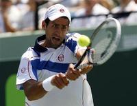 <p>Novak Djokovic durante jogo contra Rafael Nadal na Flórida, em 3 de abril de 2011. Djokovic não disputará o Masters de Monte Carlo devido a uma contusão no joelho. 03/04/2011 REUTERS/Andrew Innerarity</p>