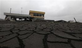 """<p>Дорога в городе Минамисома близ АЭС """"Фукусима-1"""", поврежденная в результате землетрясения и цунами в Японии 11 марта, 9 апреля 2011 года. Новое землетрясение магнитудой 7,1 балла произошло на северо-востоке Японии, сообщила Геологическая служба США в понедельник. Толчки привели к неполадкам на аварийной АЭС """"Фукусима-1"""". REUTERS/Kim Kyung-Hoon</p>"""