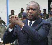 <p>Архивное фото президента Кот-д'Ивуара Лорана Гбагбо, сделанное на похоронах в Абиджане 15 ноября 2003 года. Повстанческие силы заполучили не желающего покидать пост президента Кот-д'Ивуара Лорана Гбагбо, скрывавшегося в своей резиденции, однако представитель политика утверждает, что Гбагбо солдатам его противника Алассана Уаттары передал французский спецназ. Французы отрицают обвинение. REUTERS/Luc Gnago/Files</p>