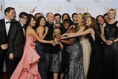 """<p>Foto de archivo del elenco de la serie de televisión """"Glee"""" durante la entrega de los premios Globos de Oro en Beverly Hills, ene 16 2011. """"Glee"""" y """"Modern Family"""" empataron como mejor serie de comedia de televisión en la gala anual de los Premios GLAAD, que distinguen a programas y estrellas que promueven la imagen de gays y lesbianas en los medios. REUTERS/Lucy Nicholson</p>"""