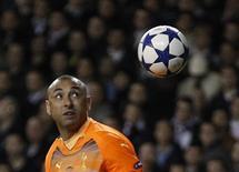 <p>Goleiro do Tottenham Hotspur Gomes deixa a bola passar num chute de Cristiano Ronaldo, do Real Madrid, em Londres. 13/04/2011 REUTERS/Stefan Wermuth</p>