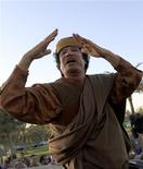 <p>Ливийский лидер Муаммар Каддафи в окружении репортеров после встречи с пятью главами африканских стран в Триполи 10 апреля 2011 года. Иностранные дипломаты предпримут в четверг очередную попытку положить конец затянувшемуся противостоянию ливийских повстанцев и лидера страны Муаммара Каддафи, однако пока не могут договориться о том, как именно заставить уйти многолетнего правителя богатого нефтью государства. REUTERS/Zohra Bensemra</p>