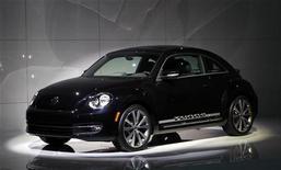 <p>Beetle 2012 на выставке в Нью-Йорке, 18 апреля 2011 года. Volkswagen AG показала новую версию своего известного автомобиля Beetle на автошоу в Шанхае, Берлине и Нью-Йорке. REUTERS/Mike Segar</p>