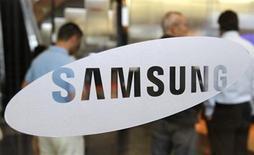<p>Imagen de archivo de un logo de Samsung Electronics en la sede de la compañía en Seúl. jul 7 2010. Samsung Electronics Co anunció un acuerdo para vender su unidad de discos duros a Seagate Technology por 1.400 millones de dólares en efectivo y acciones, para enfocarse en su negocio más rentable de chips de memoria. REUTERS/Truth Leem/Archivo</p>
