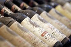 """<p>Бутылки красного вина Кьянти на выставке вина в Вероне 8 апреля 2011 года. Рынок страхования вина растет по мере того, как люди, которые раньше и не думали о страховании своих """"жидких активов"""" или даже не имеют винных погребов, начинают осознавать, что владеют очень ценной продукцией. REUTERS/Stefano Rellandini</p>"""