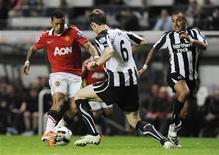 <p>Mike Williamson (centro) e Danny Simpson (direita), do Newcastle United, desafiam Nani (esquerda), do Manchester United, durante partida da Premier League. Os times empataram o jogo em 0 x 0. 09/04/2011 REUTERS/Nigel Roddis</p>