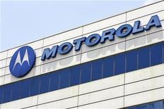 <p>Foto de archivo del logo de la firma Motorola en una planta industrial de la compañía en Singapur, abr 3 2008. Motorola Mobility cambió la fecha de lanzamiento de Bionic, su nuevo teléfono clave para Verizon Wireless, a este verano boreal, retrasando el dispositivo un trimestre más de lo esperado. REUTERS/Vivek Prakash</p>