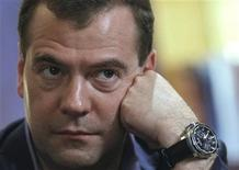 """<p>Foto de archuivo del presidente ruso, Dmitry Medvedev, durante la cumbre del grupo BRICS en Sanya, China, abr 14 2011. Aprovechándose del éxito pop de la década de 1990 """"American Boy"""", los agarrotados movimientos de baile del presidente ruso, Dmitry Medvedev, se convirtieron en un éxito el miércoles en YouTube. REUTERS/Dmitry Astakhov/RIA Novosti/Kremlin</p>"""