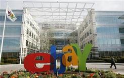 <p>Foto de archivo de la sede de la casa de subastas por internet eBay en San Jose, EEUU, feb 25 2010. eBay anunció que comprará Where, una compañía que envía publicidad local a teléfonos móviles, en su más reciente esfuerzo para permitir que un mayor número de minoristas hagan negocios con sus clientes a través de sus servicios. REUTERS/Robert Galbraith</p>