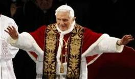 <p>Pope Benedict XVI waves as he arrives to lead the Via Crucis (Way of the Cross) procession at the Colosseum in downtown Rome April 22, 2011. REUTERS/Max Rossi</p>