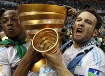 <p>Andre Ayew (E) do Olympique Marseille comemora com o colega Mathieu Valbuena após vencerem a Copa da Liga Francesa contra o Montpellier no Stade de France, em Saint-Denis. O Olympique se tornou o primeiro time bicampeão desta Copa com gol de Taye Taiwo no segundo tempo, que garantiu a vitória por 1 x 0. 23/04/2011 REUTERS/Gonzalo Fuentes</p>