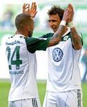 <p>Ashkan Dejagah (E) do Wolfsburg comemoram com o colega Mario Mandzukic após marcar um gol contra o Colonia, durante a partida deste domingo da primeira divisão do Campeonato Alemão. O Wolfsburg venceu o Colonia por 4 x 1, o primeiro triunfo sob o comando do treinador Felix Magath. 24/04/2011 REUTERS/Fabian Bimmer</p>
