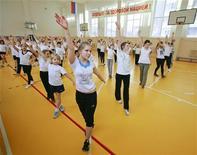 <p>Дети на уроке физкультуры в Ставрополе 7 апреля 2011 года. Большинство россиян переоценивают свое здоровье и подвержены таким опасным для организма факторам как курение, чрезмерное употребление алкоголя, лишний вес и недостаток физической активности, следует из доклада, опубликованного во вторник. REUTERS/Eduard Korniyenko</p>