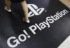 <p>Женщина проходит по рекламному плакату Sony PlayStation 3 в магазине в Токио, 27 апреля 2011 года. Провал в системе безопасности игровой сети, принадлежащей Sony Corp, привел к утрате личных данных 77 миллионов пользователей PlayStation. REUTERS/Yuriko Nakao</p>
