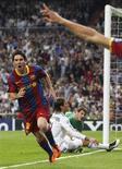 <p>Lionel Messi comemora um de seus gols marcados na vitória do Barcelona por 2 x 0 sobre o Real Madrid, na semifinal da Liga dos Campeões, no estádio Santiago Bernabéu. 27/04/2011 REUTERS/Sergio Perez</p>