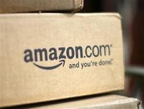 <p>Foto de archivo de una caja de la tienda Amazon.com en el frontis de una casa en Golden, EEUU, jul 28 2008. Amazon.com se disculpó con sus clientes por una interrupción en su unidad de alojamiento web que hizo que algunos sitios se cayeran, y añadió que compensará a los damnificaos por los inconvenientes. REUTERS/Rick Wilking</p>