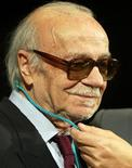 <p>Foto de archivo. El escritor argentino Ernesto Sabato recibe una medalla de una fundación dedicada a dar a conocer su legado en Madrid, 2002.</p>