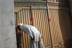 """<p>Местный житель стоит у ворот дома в пакистанском городе Абботтабад, где был убит Усама бен Ладен, 4 мая 2011 года. Президент США решил не обнародовать фотографии убитого Усамы бен Ладена, поскольку они могут спровоцировать рост насилия и быть использованы для пропаганды """"аль-Каидой"""". REUTERS/Faisal Mahmood</p>"""