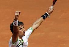 <p>O brasileiro Thomaz Bellucci comemora a vitória sobre o tcheco Tomas Berdych durante partida do Masters de Madri, na Espanha. 06/05/2011 REUTERS/Susana Vera</p>