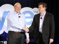 <p>Presidente-executivo da Microsoft, Steve Ballmer, e presidente-executivo do Skype, Tony Bates, apertam mãos em coletiva de imprensa conjunta, em San Francisco, Estados Unidos. 10/05/2011 REUTERS/Susana Bates</p>
