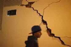<p>Молодой человек проходит мимо дома, пострадавшего в результате землетрясения в Лорке (Испания), 12 мая 2011 года. Редкие для Испании подземные толчки сотрясли древний город Лорка на юго-востоке Испании в среду, причинив ущерб историческим памятникам и став причиной гибели 10 человек. REUTERS/Jon Nazca</p>