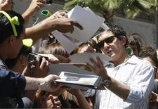 """<p>Actor Antonio Banderas signs autographs for fans after ceremonies to unveil star for animated character """"Shrek"""" on the Hollywood Walk of Fame in Hollywood May 20, 2010. REUTERS/Fred Prouser</p>"""
