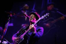 """<p>Певец Бруно Марс на концерте в Нью-Йорке, 3 мая 2011 года. Американский певец Бруно Марс с песней """"The Lazy Song"""" возглавил сингл-чарты Великобритании, сообщила Official Charts Company. REUTERS/Eric Thayer</p>"""