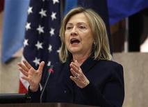 <p>La secretaria de Estado estadounidense, Hillary Clinton, durante una conferencia en Washington, mayo 11 2011. Estados Unidos lanzó el lunes una nueva iniciativa para plasmar en internet valores como la libertad de expresión, diciendo que el ciberespacio debe permanecer abierto, seguro y fiable. REUTERS/Kevin Lamarque</p>
