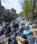 <p>Мусор в пластиковых пакетах в Амстердаме 11 мая 2010 года. Европейская комиссия рассматривает возможность ввода налога на использование пластиковых пакетов или их полного запрета в рамках борьбы с загрязнением окружающей среды. REUTERS/Toussaint Kluiters/United Photos</p>