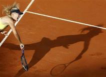 <p>Мария Шарапова во время игры с Самантой Стосур на турнире в Риме, 15 мая 2011 года. Мария Шарапова, Светлана Кузнецова и Анастасия Павлюченкова опустились за минувшую неделю на одну позицию в рейтинге WTA, последняя версия которого была опубликована в понедельник на сайте организации. REUTERS/Alessia Pierdomenico</p>