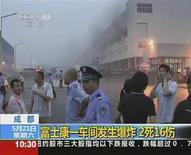 <p>Una columna de humo envuelve una planta de la firma Foxconn en Chengdu, China, mayo 20 2011. Las acciones de la electrónica Hon Hai Precision Industry Co Ltd cayeron hasta un 5 por ciento el lunes por el temor a que Apple Inc, su cliente principal, pueda buscar otros productores tras una explosión en una de las plantas de la compañía en China. REUTERS/CCTV via Reuters TV Imagen para uso no comercial, ni ventas, ni archivos. Solo para uso editorial. No para su venta en marketing o campañas publicitarias. Esta imagen fue entregada por un tercero y es distribuida, exactamente como fue recibida por Reuters, como un servicio para clientes.</p>