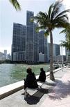 <p>People look at the Icon Brickell condo, billionaire Jorge Perez's latest project, in downtown Miami, Florida March 24, 2009. REUTERS/Carlos Barria</p>