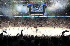 """<p>Стадион в Ванкувере после победы команды """"Ванкувер"""" над """"Сан-Хосе"""", 24 мая 2011 года. """"Ванкувер"""" вырвал победу во втором овертайме в пятом мачте против """"Сан-Хосе"""" и впервые за последние 17 лет вышел в финал Кубка Стэнли. REUTERS/Andy Clark</p>"""