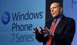 <p>Le PDG de Microsoft Steve Ballmer. Le groupe a lancé une nouvelle version de son système d'exploitation Windows Phone 7, comptant sur les nouvelles fonctionnalités de son logiciel pour rattraper Google et Apple sur le marché des smartphones. /Photo d'archives/REUTERS/Albert Gea</p>